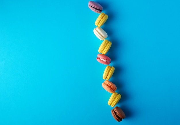 Macarons redondos multicolores al horno con crema en línea