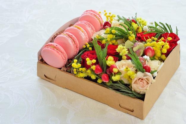 Macarrón francés en forma de corazón de san valentín, la caja con flores, rosas rosadas, fondo para tarjeta