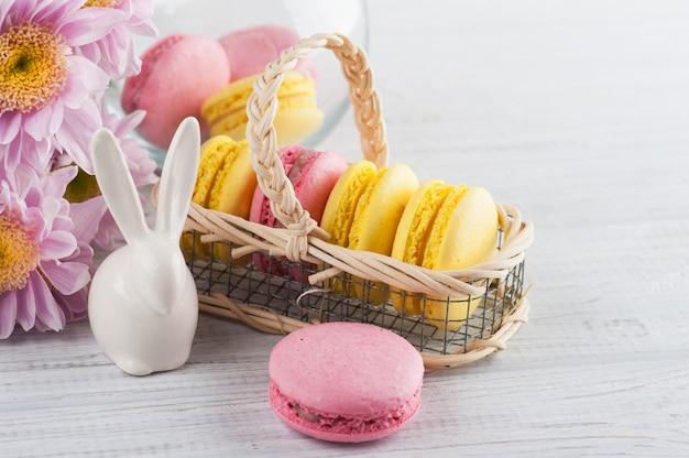 Macarrones amarillos y rosados, conejo decorativo