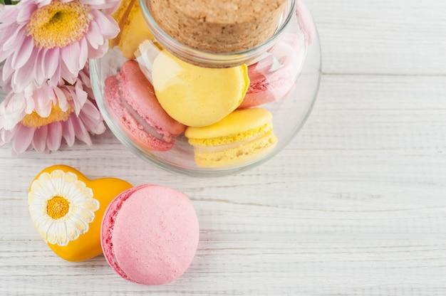 Macarrones amarillos y rosados, flores
