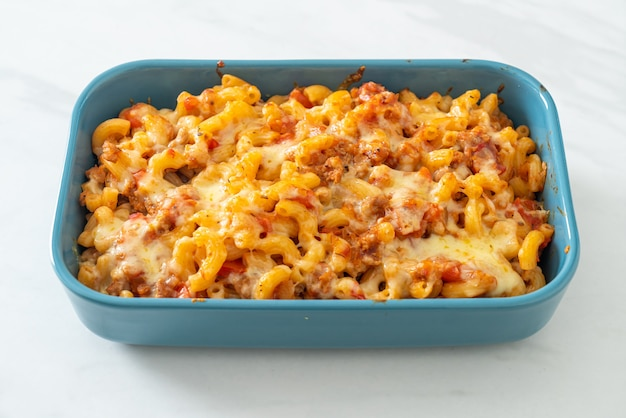Macarrones a la boloñesa al horno caseros con queso - estilo de comida italiana