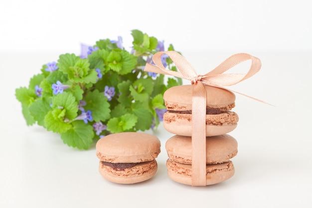 Macarrones de chocolate con un ramo de flores silvestres