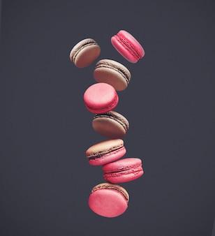 Macarrones en color, composición de coloridas galletas francesas macarons en el aire