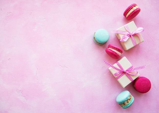 Macarrones de colores y cajas de regalo.