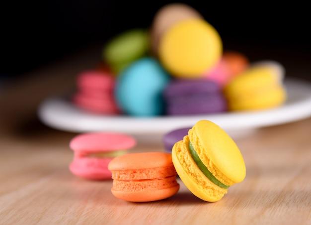 Macarrones de colores franceses frescos o macarons