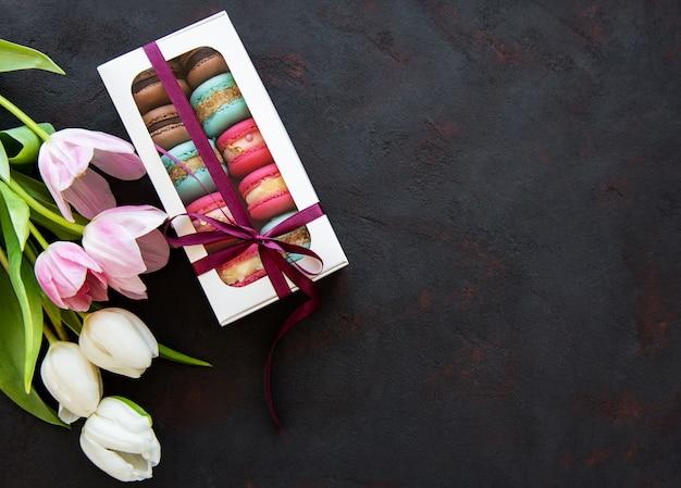 Macarrones de colores y tulipanes