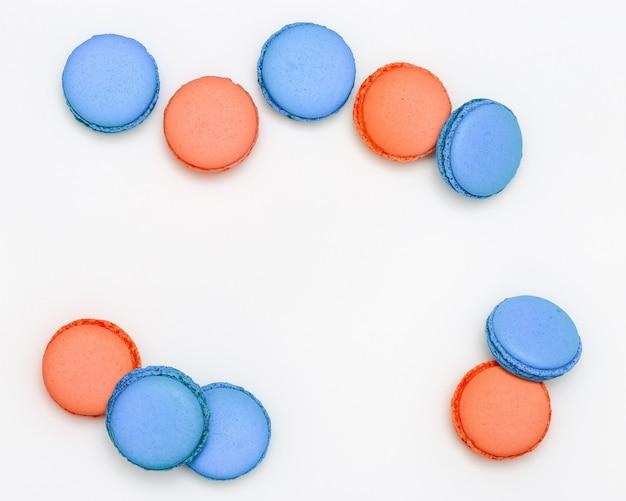 Macarrones dulces y coloridos. galletas de macarrones brillantes de cerca