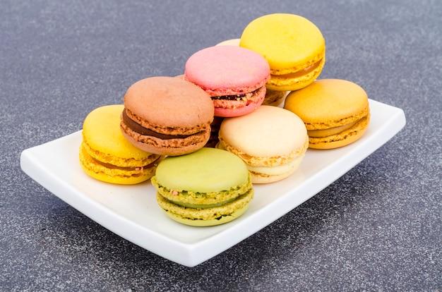 Macarrones franceses de almendras multicolores. foto de estudio