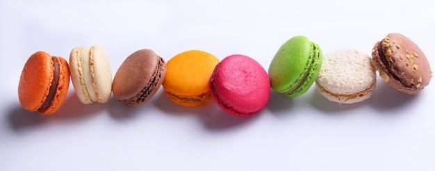 Macarrones franceses coloridos sobre fondo blanco.