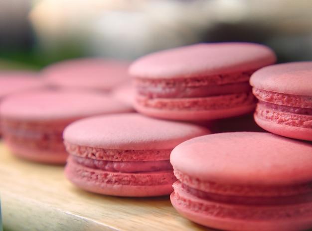 Macarrones franceses de fresa, macarons de almendra rosa dulce o galleta dulce francesa.
