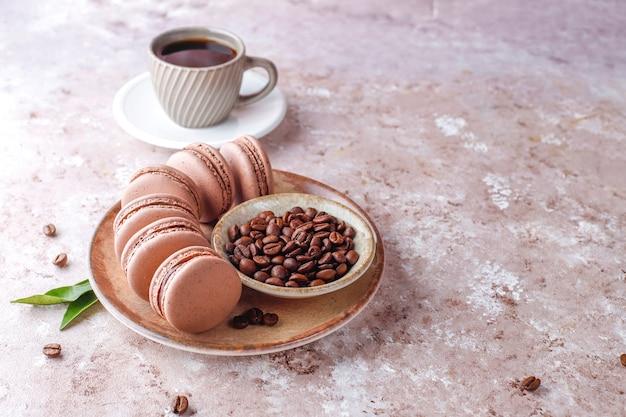 Macarrones franceses con granos de café.