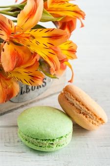 Macarrones naranjas, flores de lirio