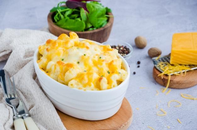 Macarrones con queso. macarrones al horno tradicionales con queso en forma de hornear. cocina americana. orientación horizontal