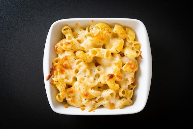 Macarrones con queso, pasta de macarrones en salsa de queso - estilo americano