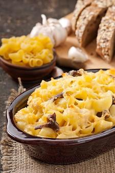 Macarrones con queso, pollo y champiñones al horno.