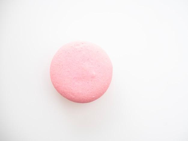 Macarrones rosados sobre fondo blanco