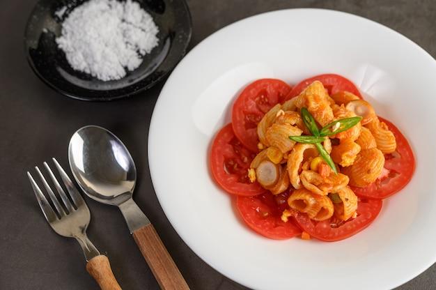 Macarrones salteados con salsa de tomate y carne de cerdo