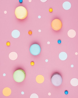 Macarrones verticales de colores con mezcla de confeti