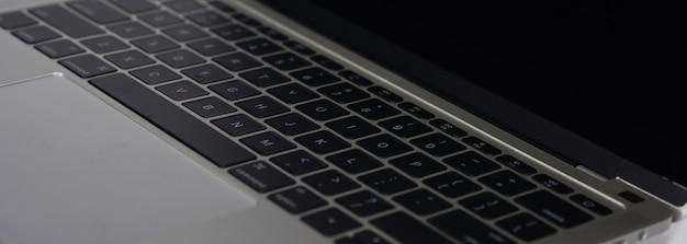 Macbook sobre un fondo blanco