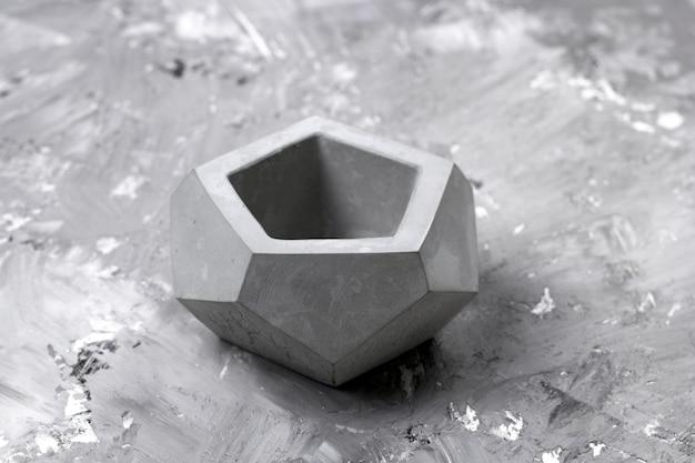 Maceta de hormigón en un elemento de decoración interior de fondo de hormigón