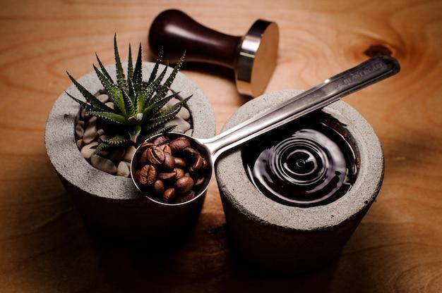 Macetas de hormigón de moda con bebida de café y planta