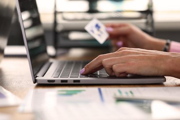 Macho adulto hacer transacción en línea