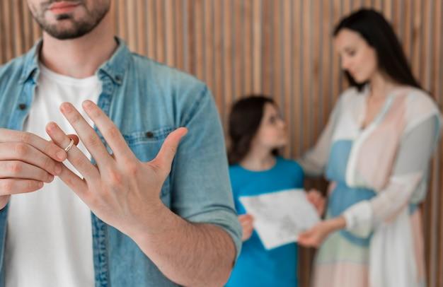 Macho adulto quitándose el anillo de bodas