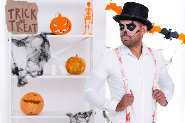 Macho adulto con sombrero posando para halloween
