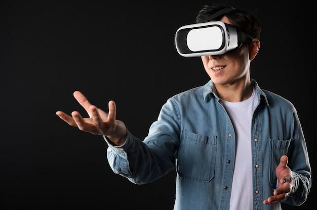Macho de ángulo bajo con casco de realidad virtual