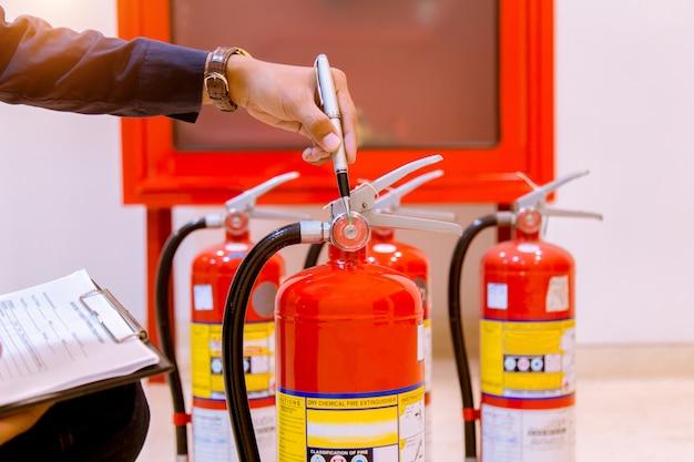 Macho inspección profesional extintor de incendios