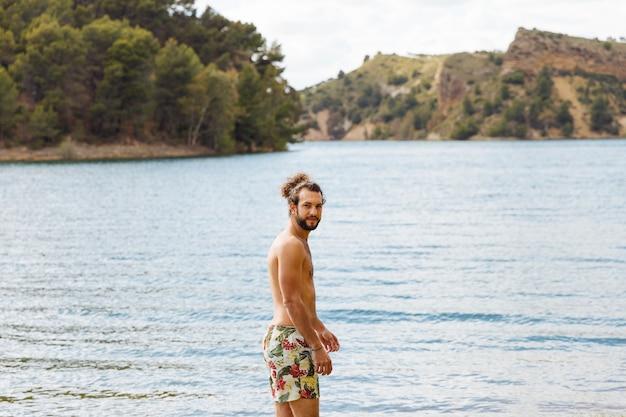 Macho, posición, en, lago