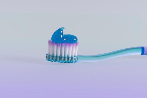 Macro de cepillo de dientes con pasta en gradiente morado