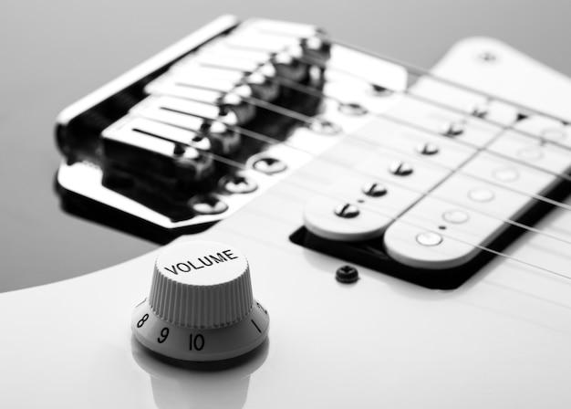 Macro de cuerdas y perilla de volumen en guitarra eléctrica