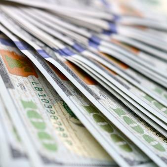 Macro disparo con poca profundidad de campo. cientos de billetes de dólares estadounidenses