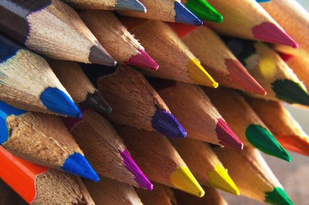 Macro de fondo de lápices de colores afilados