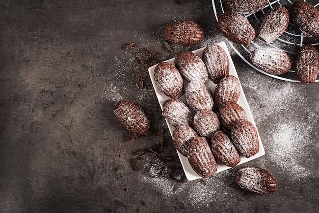 Madeleines de chocolate caseros en mesa oscura
