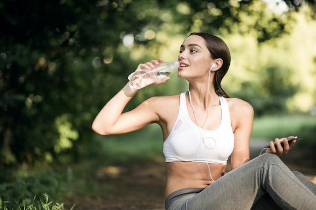 Madera corriendo actividad mujer botella contenedor