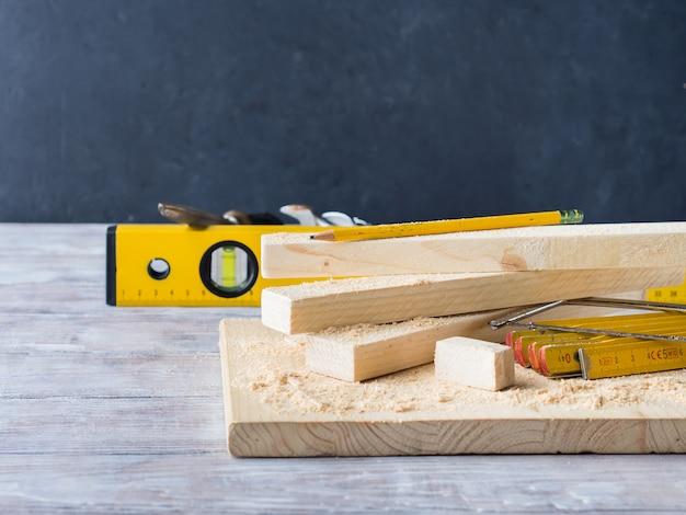Madera y herramientas para medir artesanía bricolaje a nivel de corte.