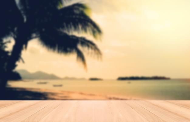 Madera perspectiva y puesta del sol en la playa de samui, tailandia. tonelada de la vendimia