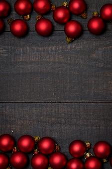 De madera rústico oscuro, fondo con el marco rojo del ornamento de la navidad.