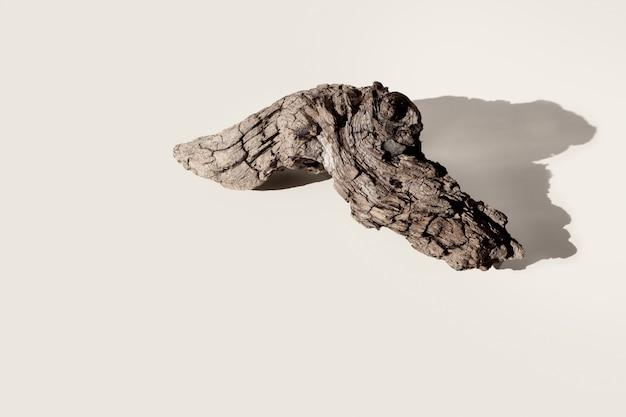 Madera vieja, leña de registro aislada sobre fondo