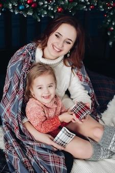 Madre abrazando a hija en navidad