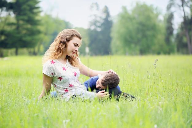 Madre acarició suavemente a su hijo
