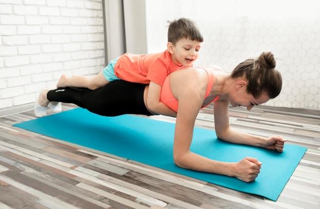 Madre activa entrenando junto con hijo