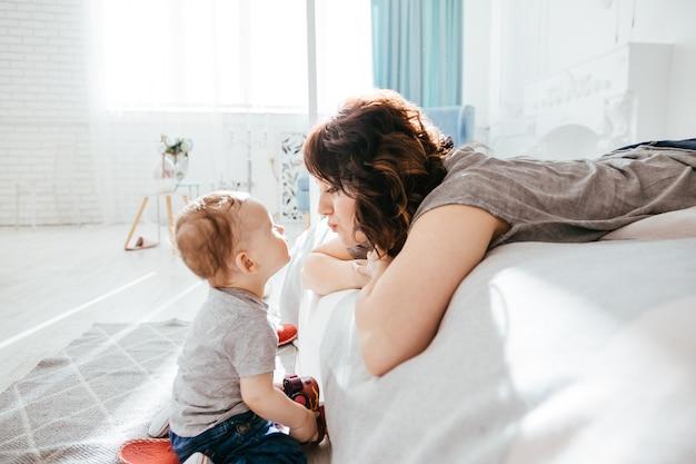 La madre admirando a su hijo
