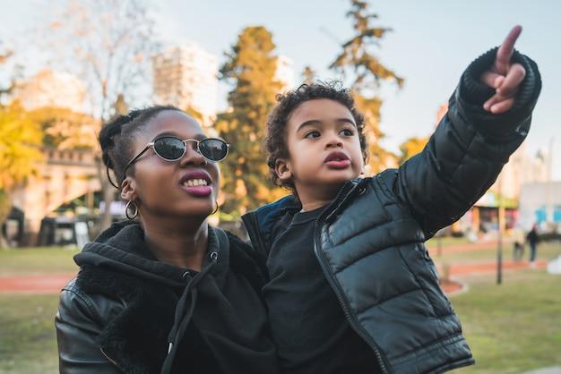 Madre afroamericana con su hijo.
