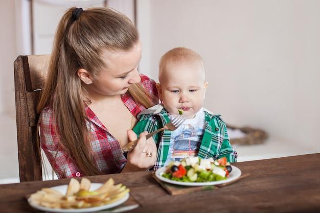 Madre alimentando al niño. primer alimento sólido para niños pequeños.