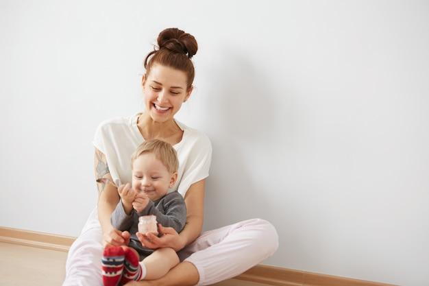 Madre alimentando a su bebé con cuchara