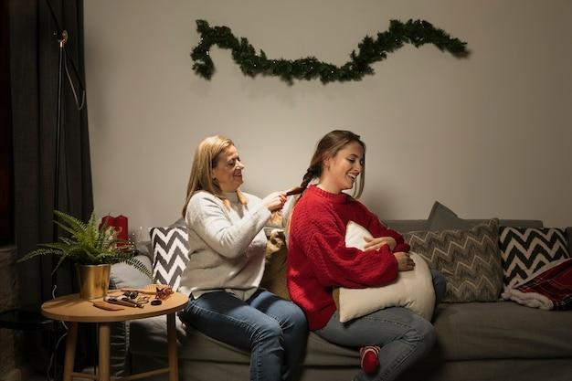 Madre arreglando el cabello de su hija