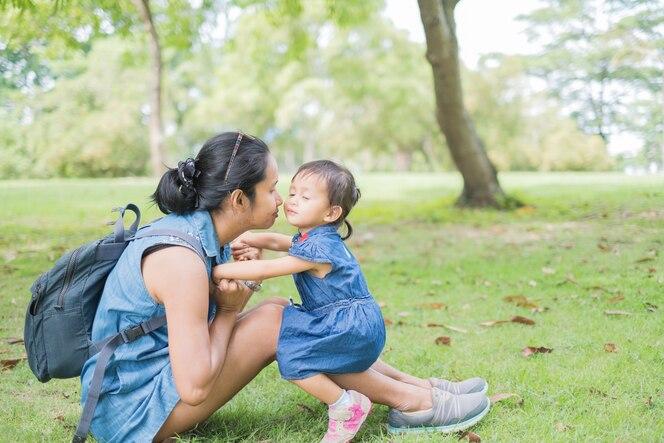 asombroso escolta pequeña mama